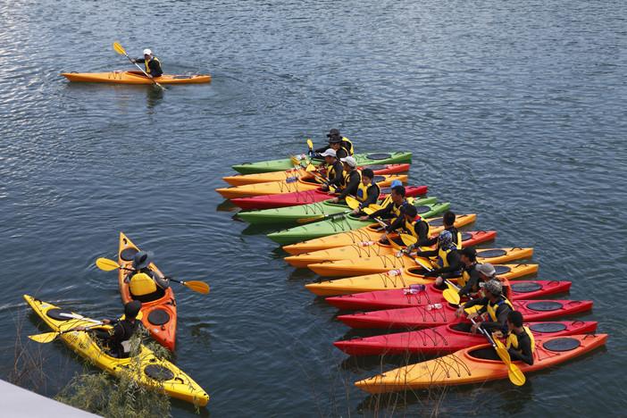 我们有教练的皮划艇全程下水前做基本的划水讲解配备球鞋水上v教练长寿牌门专业198元一双图片